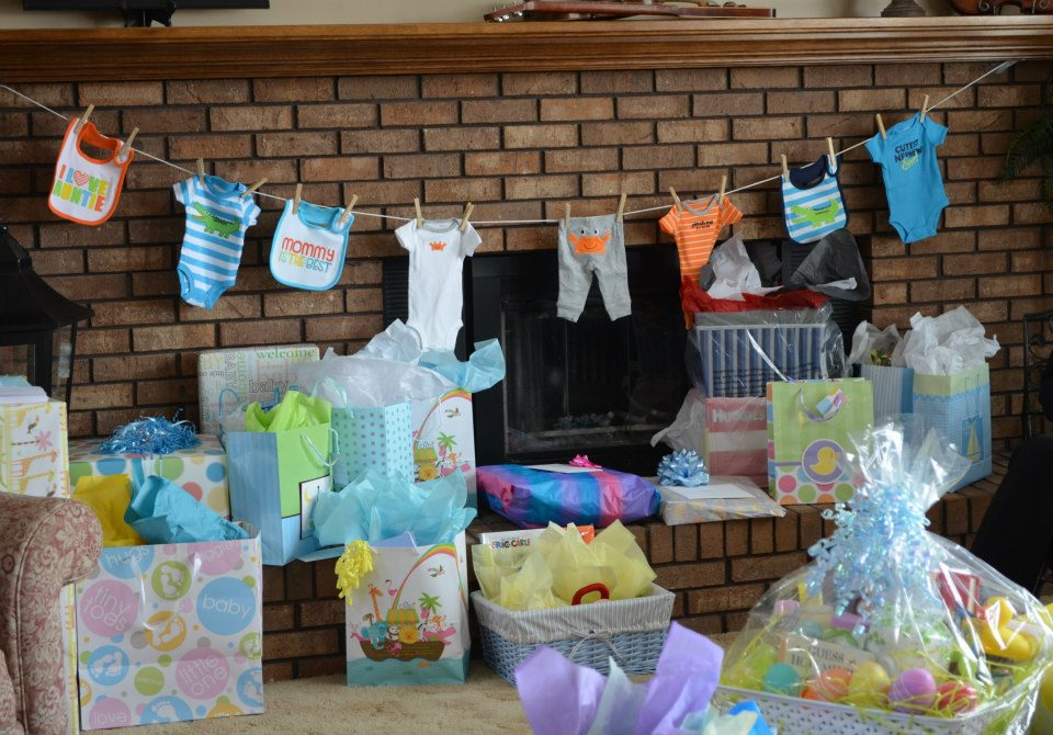 Homemade baby shower decoration super easy cute and useful for Baby shower clothesline decoration